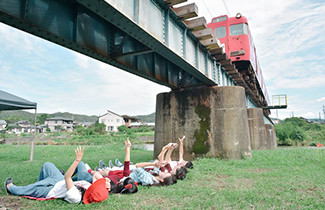 電車の真下から見上げる『アンダー・ザ・トレイン』